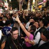 【W杯】女性サポーターがおっぱい鷲掴みにされる姿が撮影される…昨日の渋谷交差点での痴漢行為の決定的瞬間…